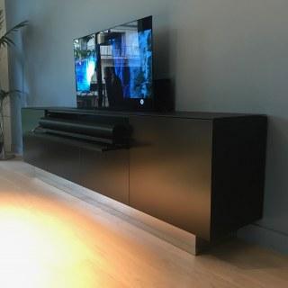 MEUBLE TV MOTORISÉ  ÉQUIPÉ - TV + BARRE DE SON
