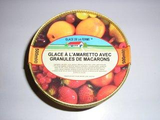 Glace à l'amaretto avec granules de macarons