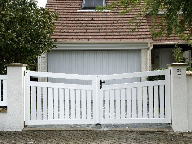 Esprit d'ouvertures Blandy PVC blanc ajouré rénovation garage pose