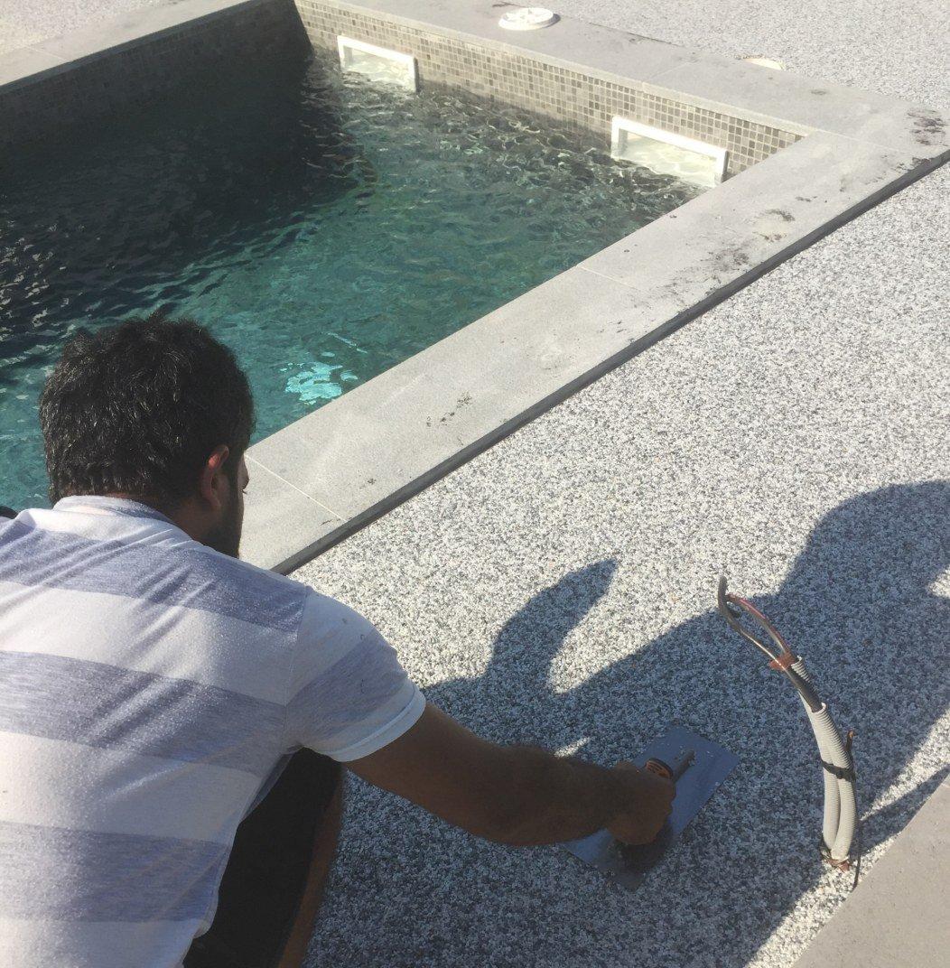 pose de granulat autour d'une piscine