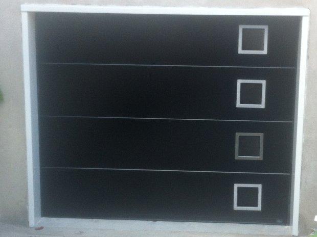 Esprit d'ouvertures porte de garage sectionnelle noire hublots inox acier 40 mm