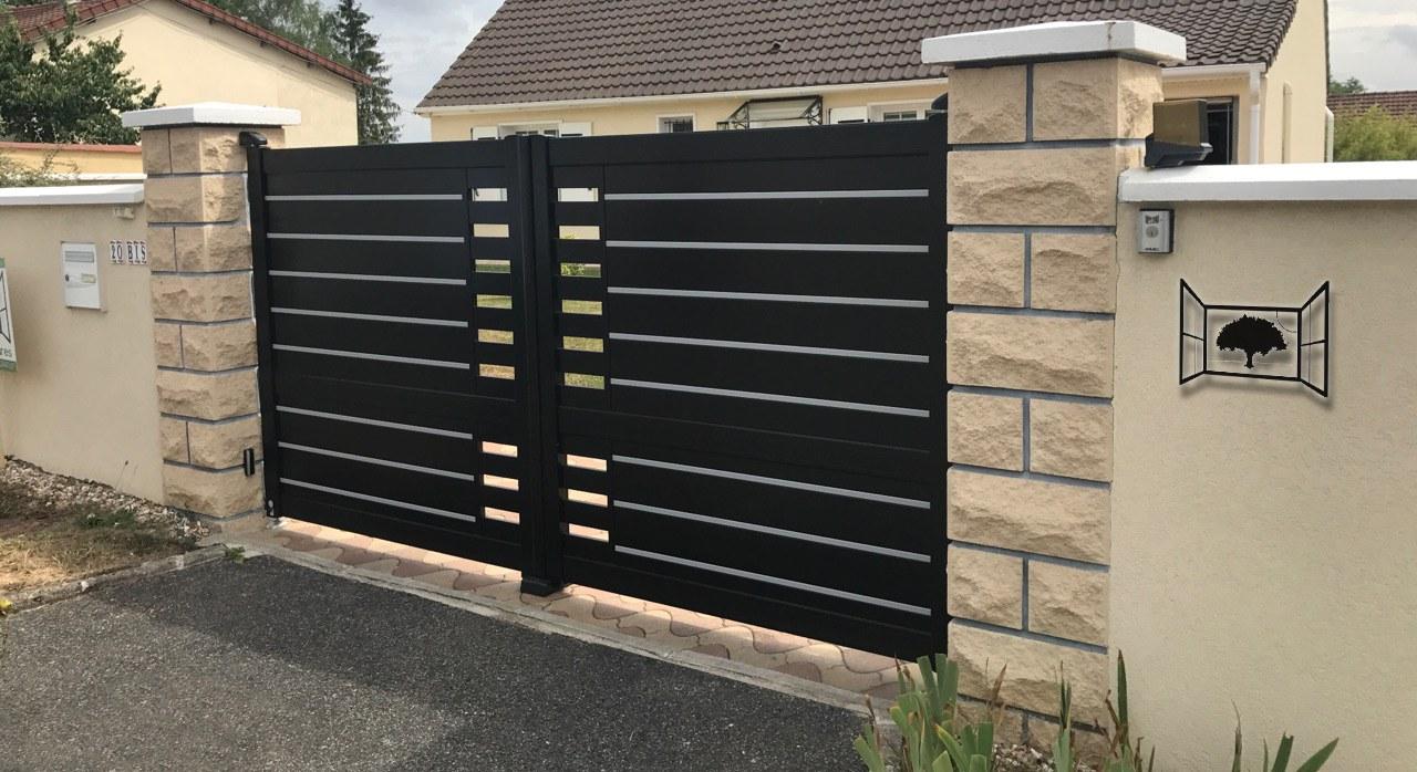 Portail alu noir 9005 texture moderne legerement ajouré