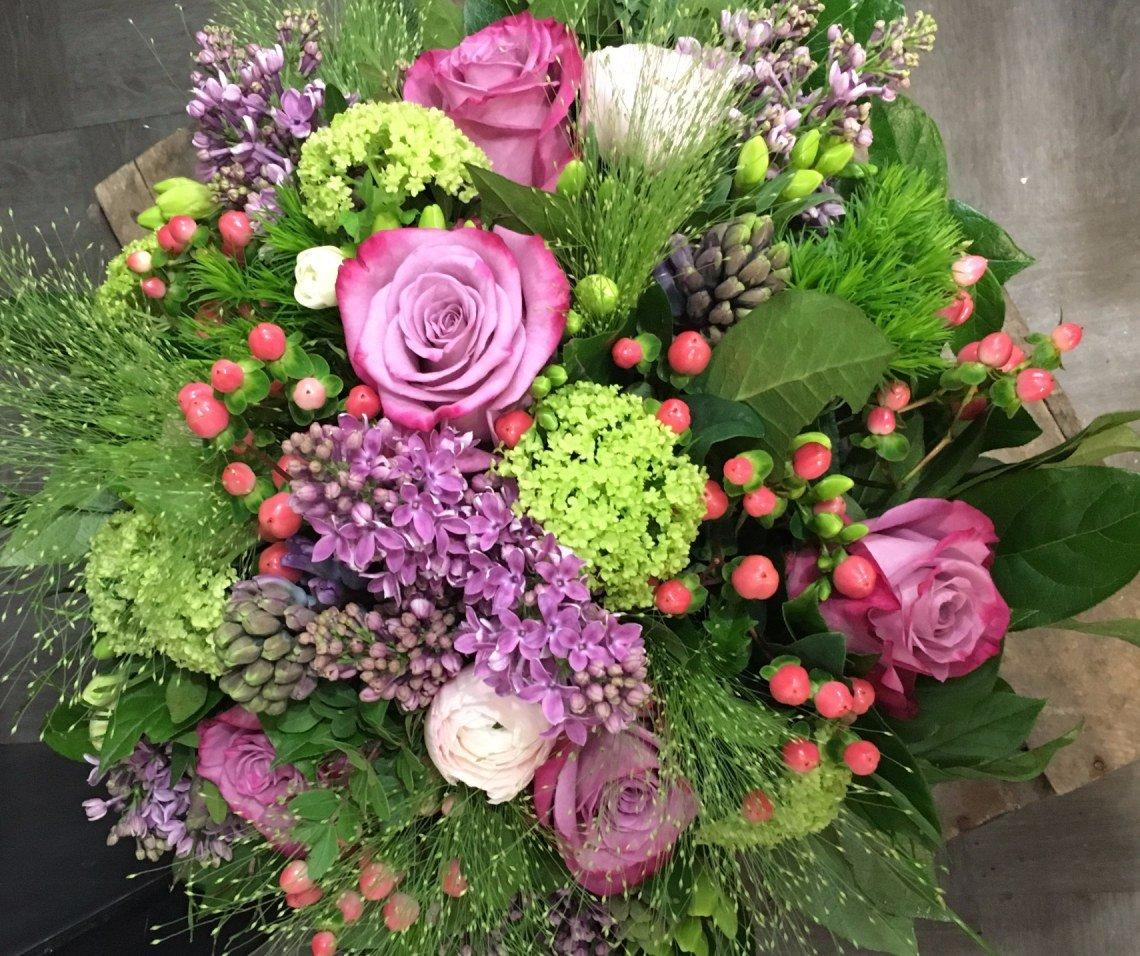 Lilas, viburnum, rose, renoncule