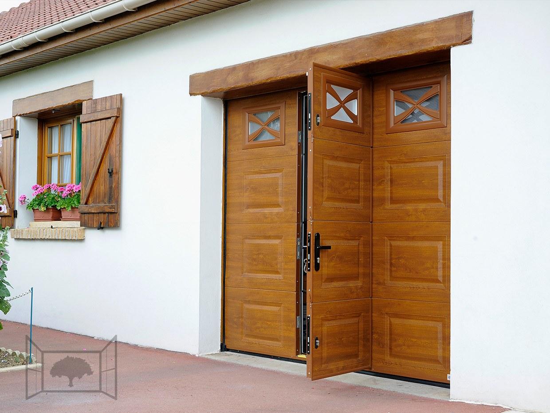 Porte de garage chêne doré avec portillon sectionnelle hublots
