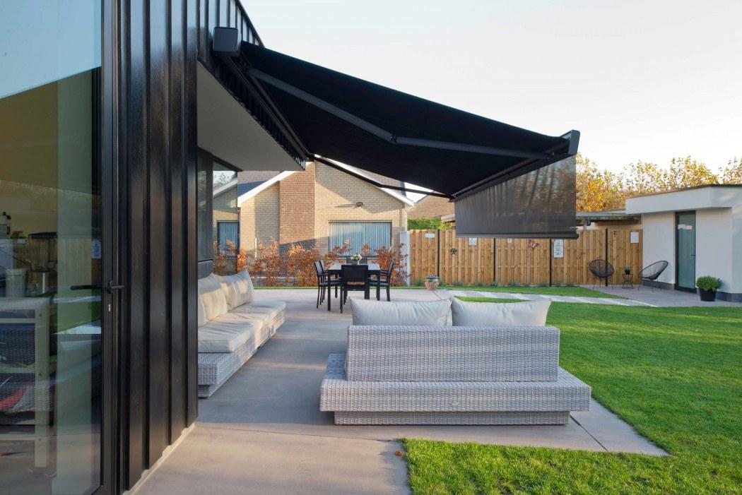 Store de terrasse design avec lambrequin motorisé soltis 92