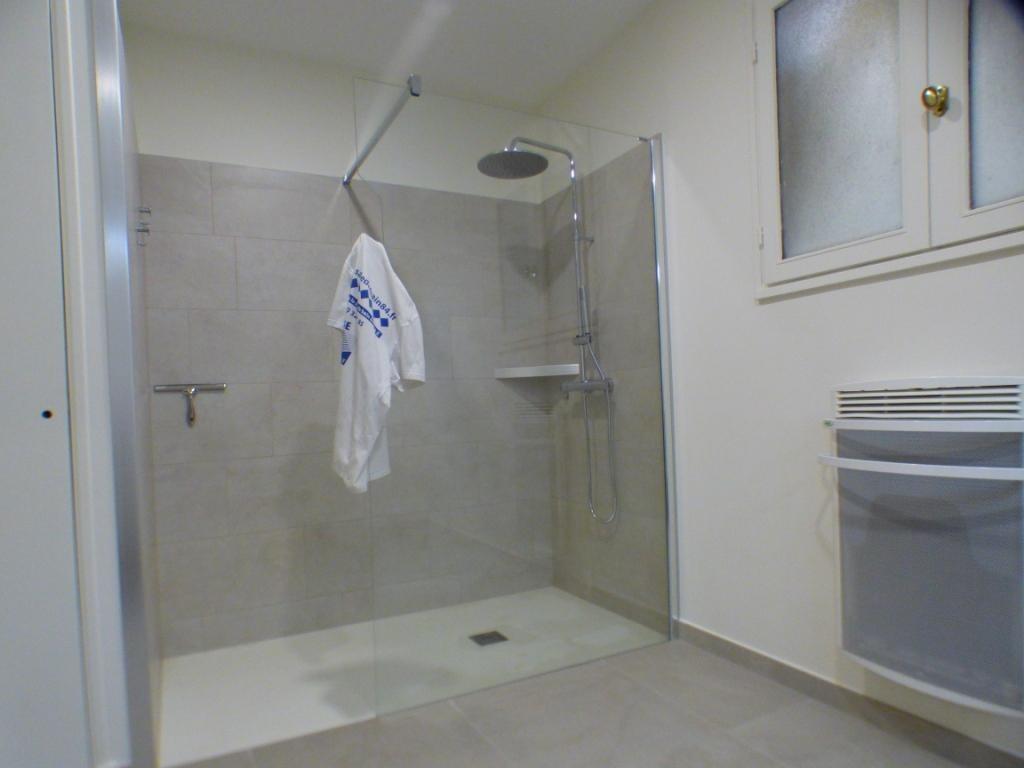 """paroie fixe """"profiltek"""" avec découpe de verre pour le peignoire ou drap de bain"""