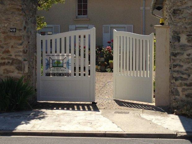 Esprit d'ouvertures portail aluminium motorisé somfy rénovation Blandy menuiserie