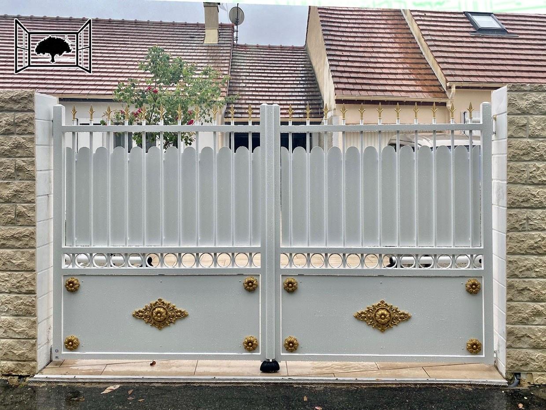 Portail aluminium avec rosace et palmette dorée style fer forgé