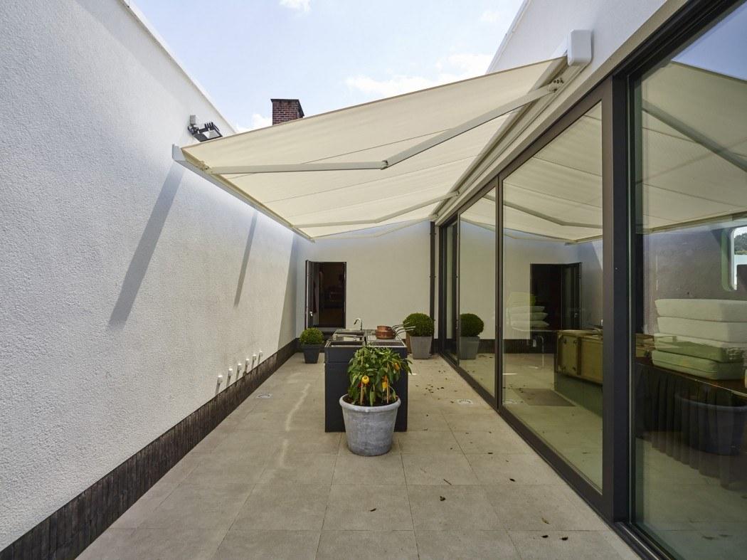 Store de terrasse Lumisol ouvert coffre design rectangulaire