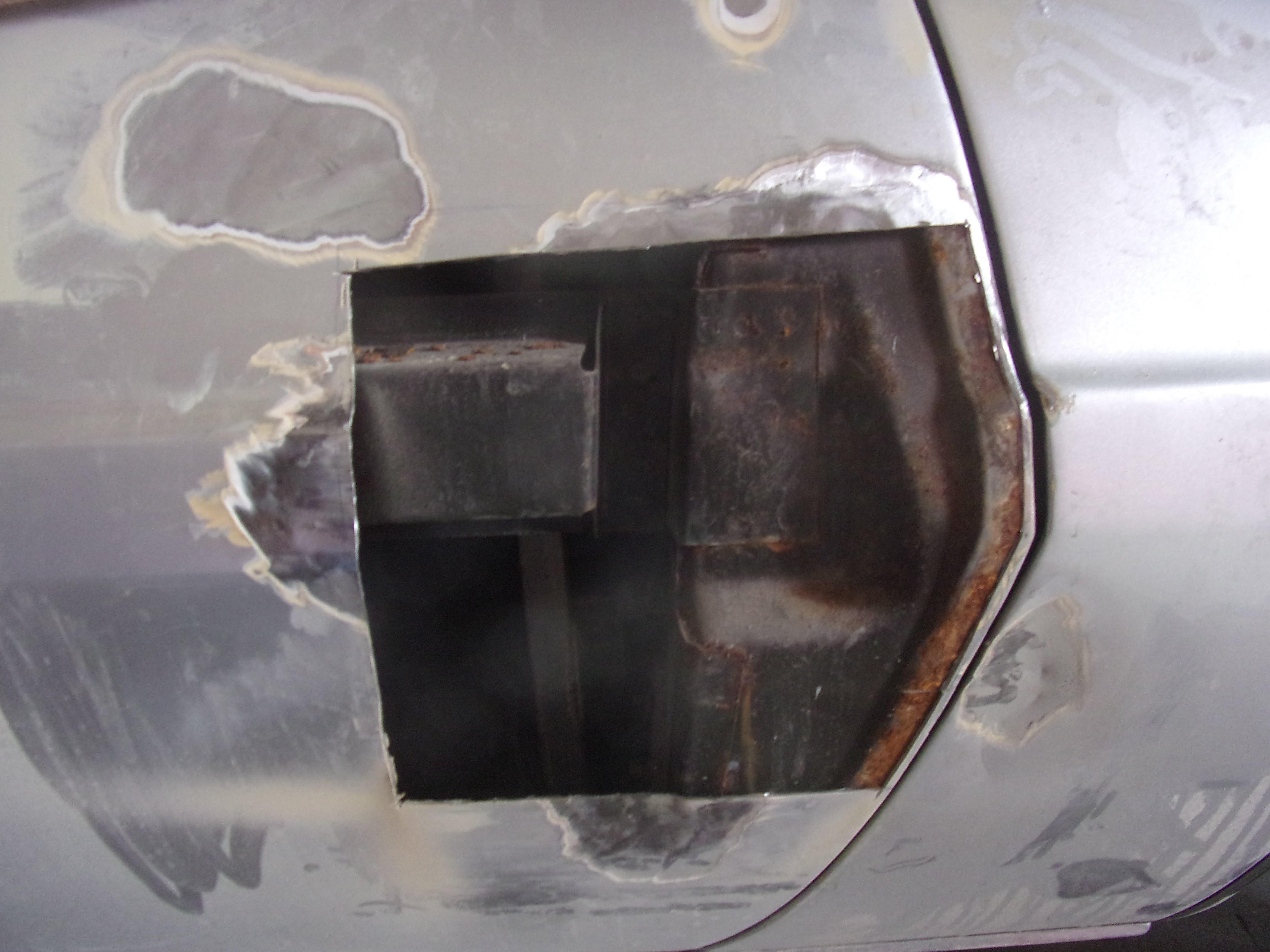 découpe dans une porte due à une corrosion perforante importante