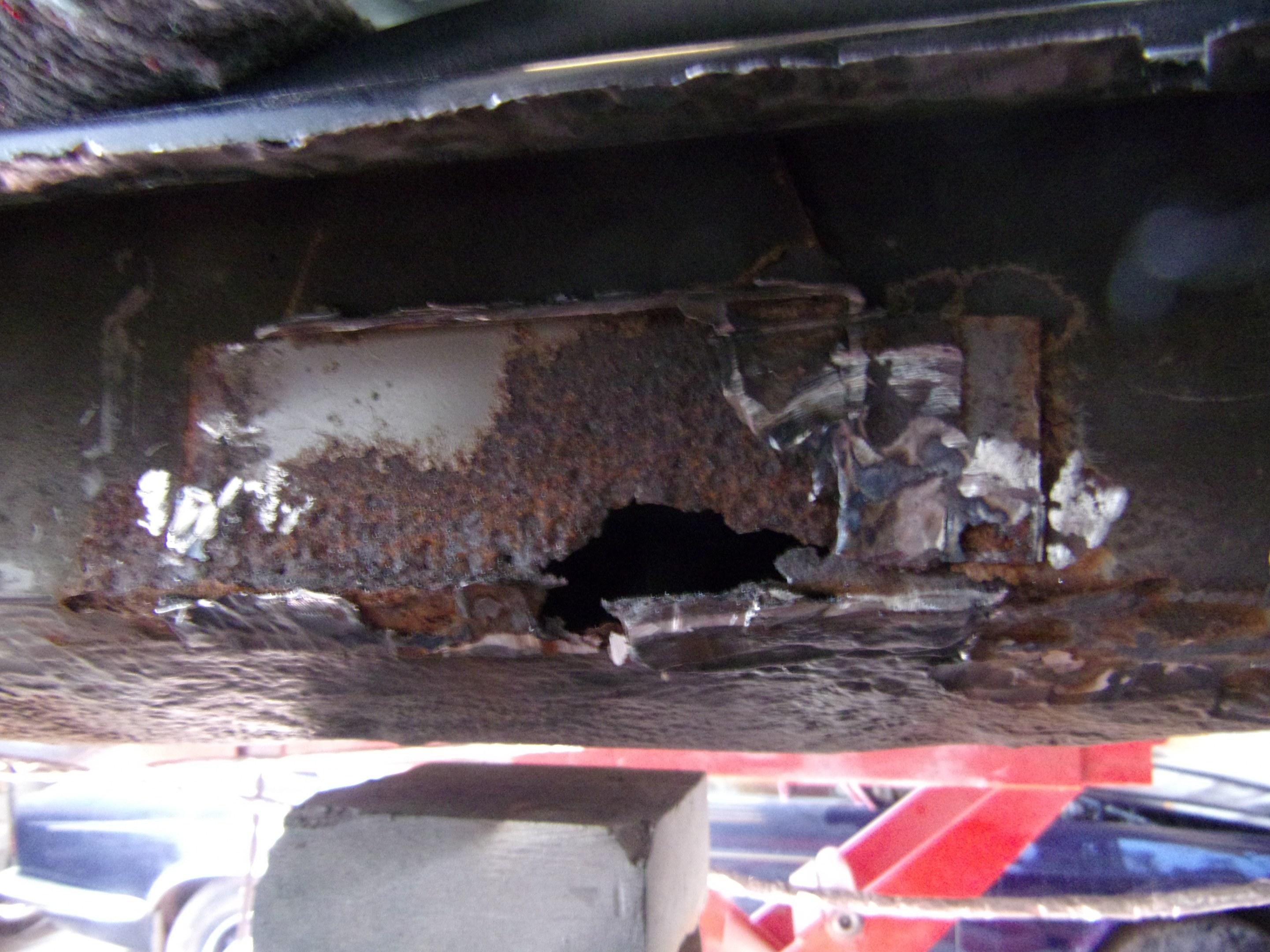 grosse corrosin derrière les bas de caisse