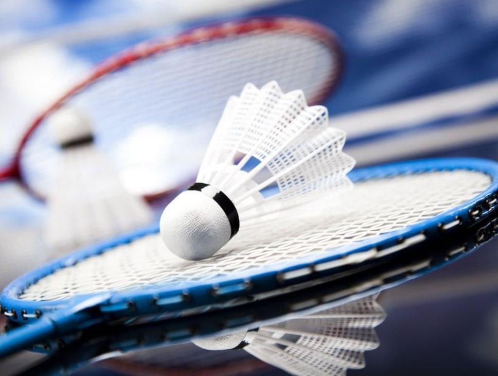 Un-jeu-de-raquette-badminton-salon-sport2000