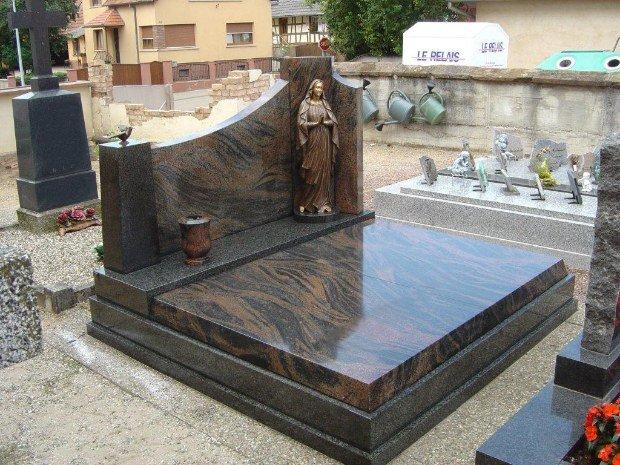 Vierge sur une pierre tombale