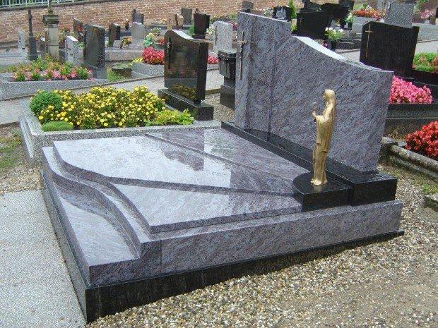 Vierge sur une tombe