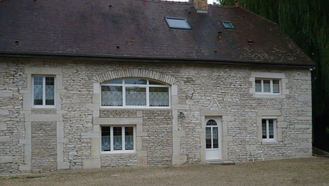 Façade en pierre à Dijon.