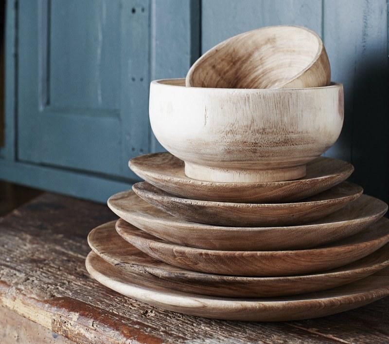Bols et assiettes en bois naturels