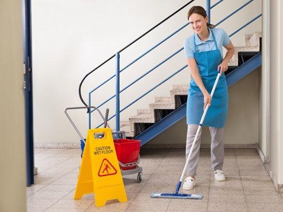 Une femme de ménage à domicile